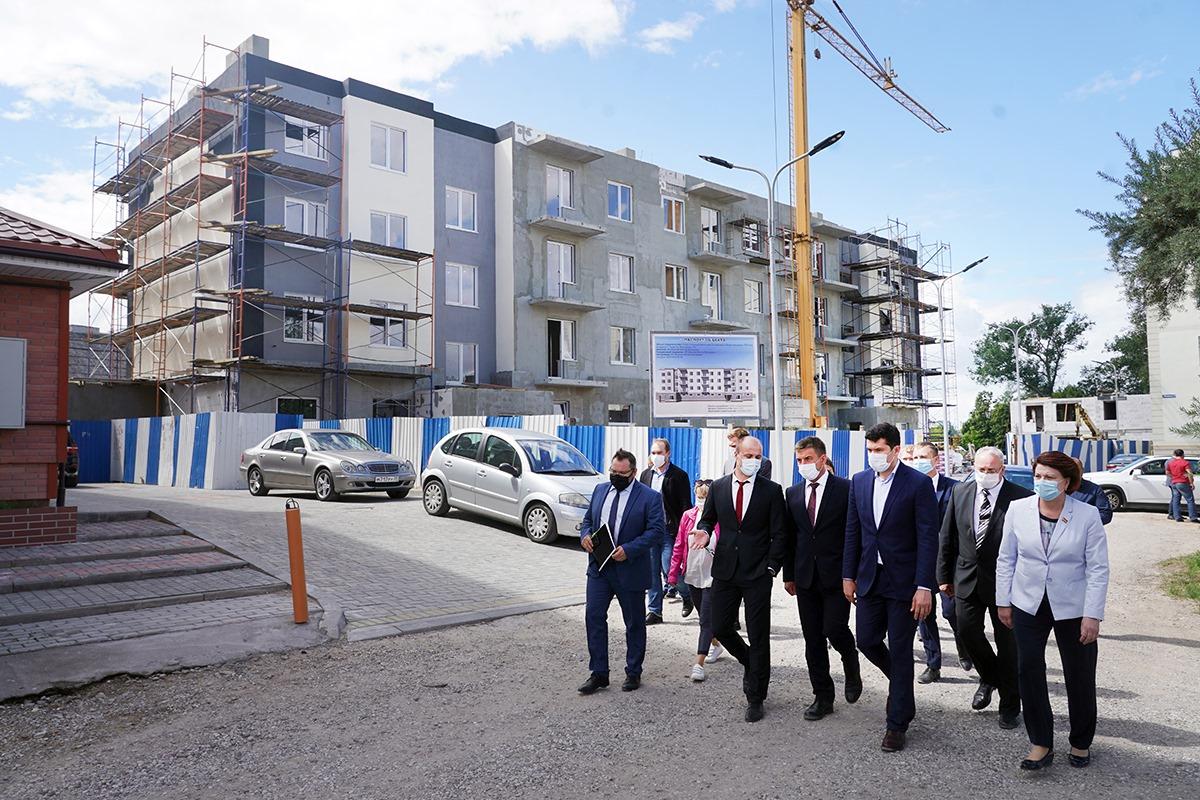 Антон Алиханов пообещал Гусеву расселение аварийного жилья, футбольное поле и дорогу