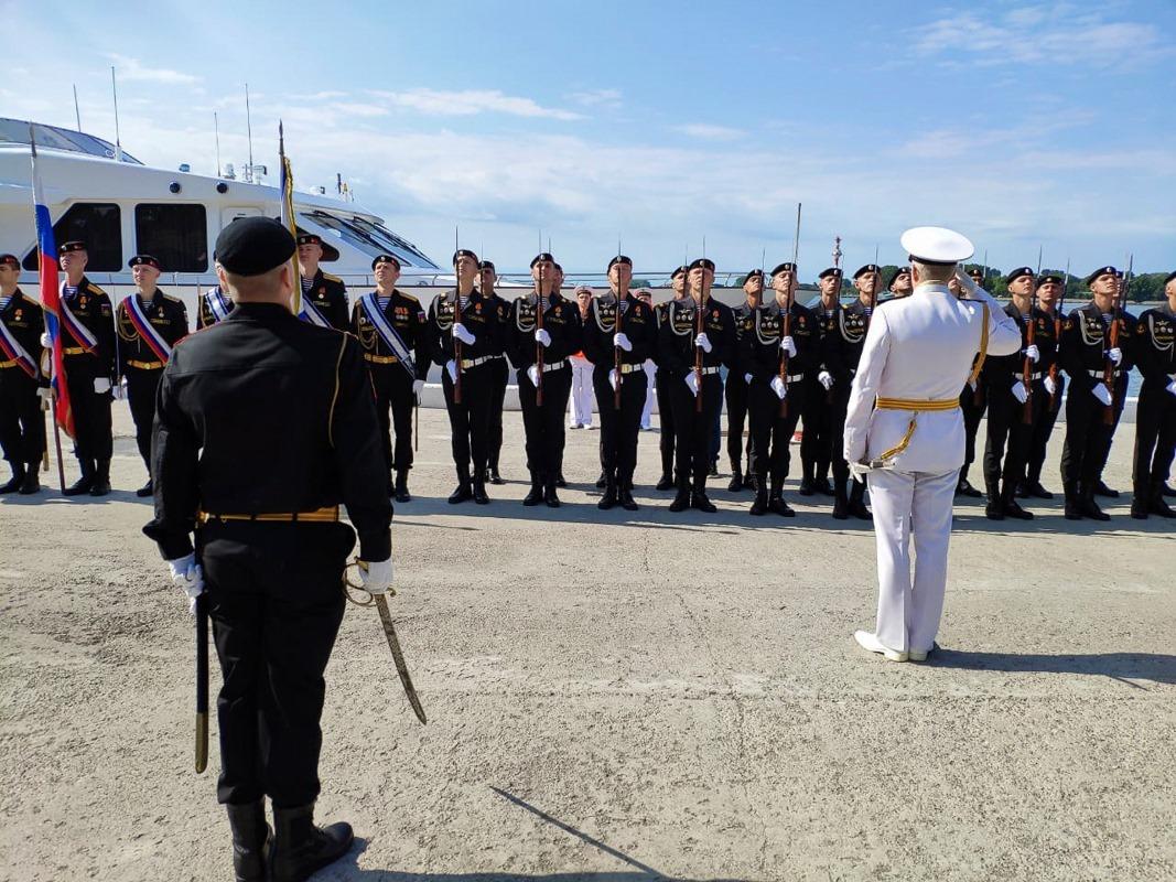 Балтийск встретил День Военно-морского Флота России большим парадом