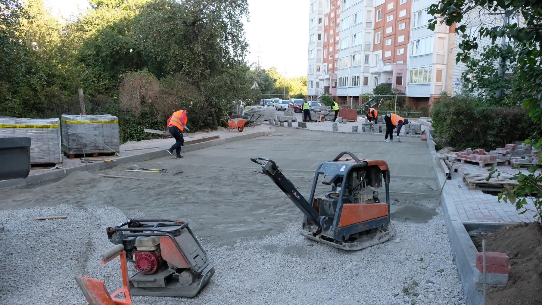 В Калининграде облагораживают дворы и осваивают десятки миллионов под это