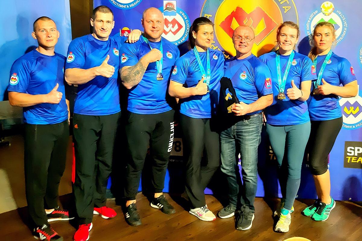 Мастера армрестлинга из Калининграда выиграли четыре медали всероссийского турнира