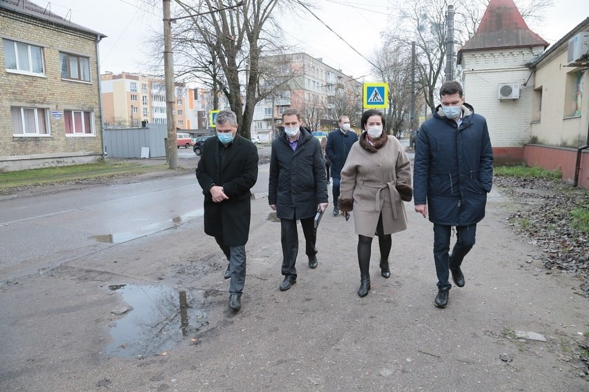 Антон Алиханов и Елена Дятлова прошлись по улице Карташева