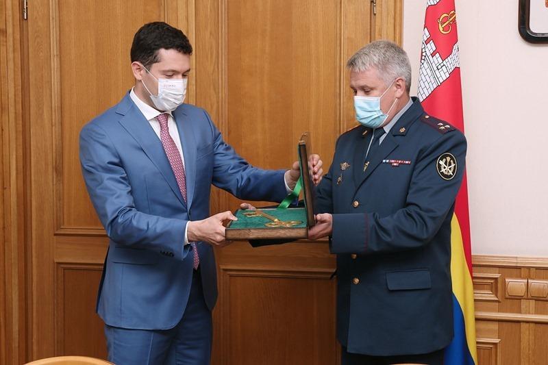 ФСИН передала Антону Алиханову ключ от замка Тапиау