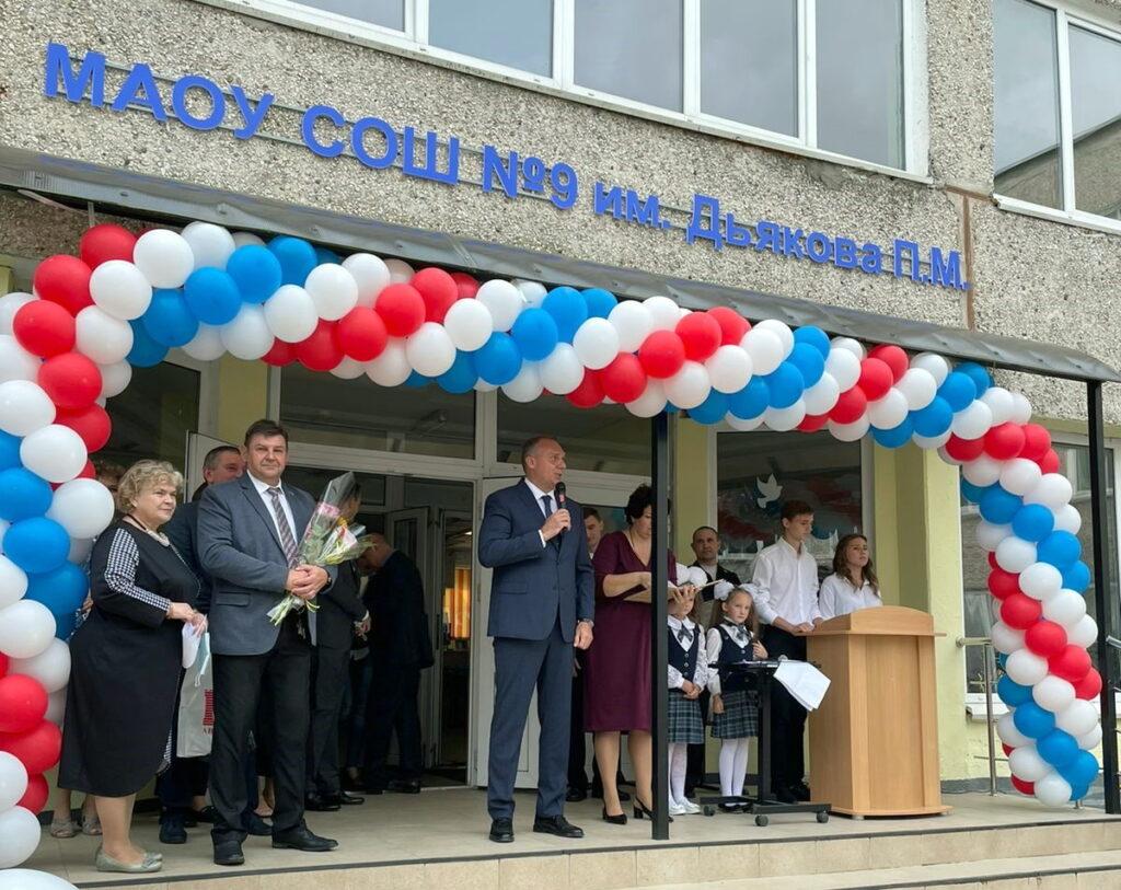 Сотрудники «Автотора» получили пособия на подготовку детей к школе, а школы в Калининграде — подарки